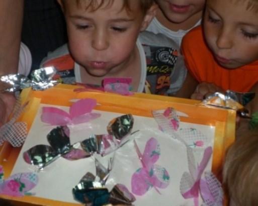 Діти дують на метеликів з фольги